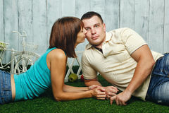 Gift par på gräsmattan Arkivbilder
