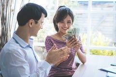 Gift par som får rikt i affär arkivbild