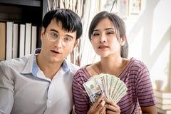 Gift par som får rikt i affär arkivbilder