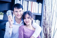 Gift par som får rikt i affär royaltyfri fotografi