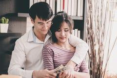 Gift par som får rikt i affär royaltyfri bild
