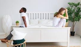 Gift par som grälas som kränks av problem i säng arkivbild