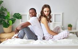 Gift par som grälas som kränks av problem i säng fotografering för bildbyråer