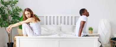 Gift par som grälas som kränks av problem i säng royaltyfria foton