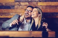 Gift par som har drinkar i baren som tillsammans tycker om deras tid arkivbild