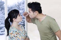 Gift par som hemma argumenterar fotografering för bildbyråer