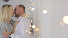 Gift par som hemma kysser nära felika ljus lager videofilmer