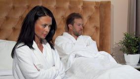Gift par som inte talar når att ha haft en kamp på hotellrum royaltyfri fotografi