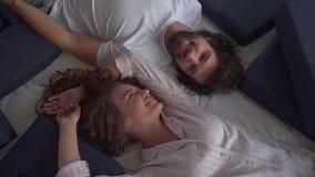 Gift par som ligger på den bästa sikten för säng stock video