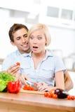 Gift par som tillsammans förbereder frukosten royaltyfria bilder