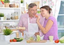 Gift par som tillsammans lagar mat royaltyfria bilder