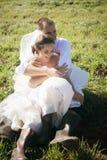 Gift par som tycker om bröllopdag i natur arkivfoto