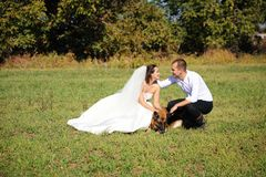Gift par som tycker om br?llopdag i natur royaltyfria foton