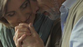 Gift par som tycker om och hyser sig, långlivad kärlekshistoria stock video