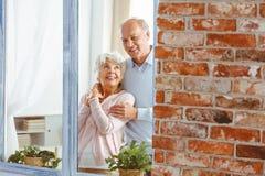 Gift par vid fönstret fotografering för bildbyråer