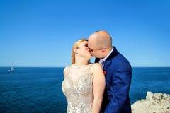 Gift paranseende och kyssa till havet arkivbilder