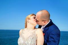Gift paranseende och kyssa till havet arkivbild