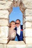 Gift paranseende och posera på fönstret för stenvägg royaltyfri foto