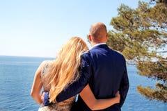 Gift paranseendet på kusten och håller ögonen på havet royaltyfri bild