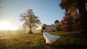 Gift pardans på solnedgången Brudgumelevatorerna stock video