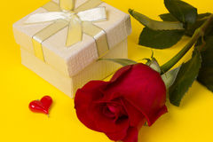 Gift and red rose Royalty Free Stock Photos