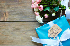 Gift and roses Royalty Free Stock Photography