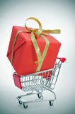 Gift in a shopping cart Royalty Free Stock Photos