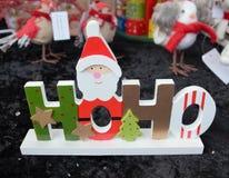 Gift van Kerstmis de houten die HoHo de Kerstman met sterren wordt verfraaid en stock afbeeldingen