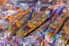 Gift verpakte selectie van exotische kruiden in een marktkraam in de Caraïben stock afbeeldingen