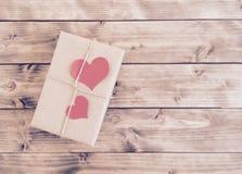 Gift voor de Dag van Valentine met rode harten Stock Foto's