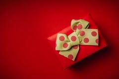 Gift voor de Dag van Valentine ` s op een rode achtergrond stock fotografie
