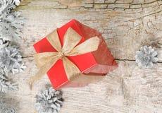 Gift voor Kerstmis in rode doos Stock Afbeelding