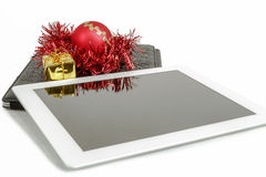 Gift witte tablet met Kerstmisbal, doos en rode ketting Stock Fotografie