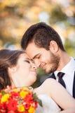 Gifta barnpar som poserar i bröllopfoto fotografering för bildbyråer