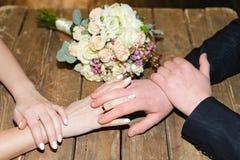 Gifta nygifta personer för handskakning Arkivfoton