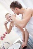 Gifta paret borstar tänder royaltyfria foton