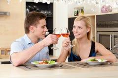 Gifta paret har den romantiska matställen arkivfoton