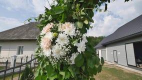 Gifta sig ärke- garnering för blomma Gifta sig bågen som dekoreras med blommor Arkivfoto