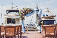 Gifta sig aktivering i en yachtklubba mot bakgrunden av yachter Arkivbilder