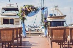 Gifta sig aktivering i en yachtklubba mot bakgrunden av yachter Royaltyfria Bilder