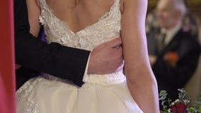 Gifta sig att krama för par arkivfilmer