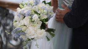 Gifta sig att omfamna för par stock video