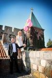Gifta sig att posera för par Royaltyfria Bilder