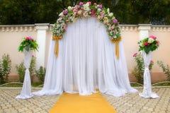 Gifta sig båge med blommor Royaltyfria Bilder
