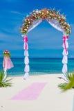 Gifta sig bågen, cabana, gazebo på den tropiska stranden Arkivbilder