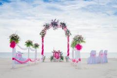 Gifta sig bågen dekorerade med blommor på den tropiska stranden, outd Royaltyfri Foto
