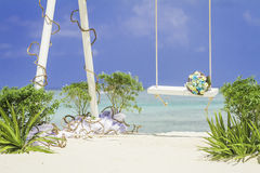 Gifta sig bågen dekorerade med blommor på den tropiska stranden, outd Royaltyfria Foton
