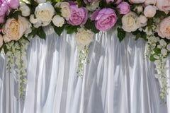 Gifta sig bågen med blommor av pioner Arkivbild