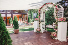 Gifta sig bågen med blommor som gifta sig garnering, gjord hand - Arkivbild