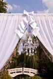 Gifta sig bågen med en ljuskrona Royaltyfria Foton